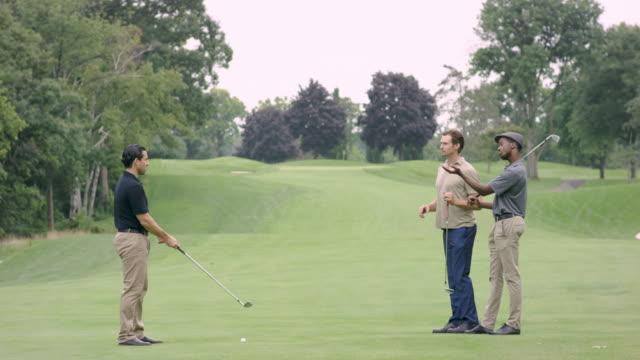 vidéos et rushes de golfeur frappant un tee shot avec l'observation de groupe - terrain de golf