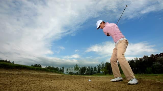 hd スローモーション: ゴルフボールから訪れるサンドトラップ - 打つ点の映像素材/bロール