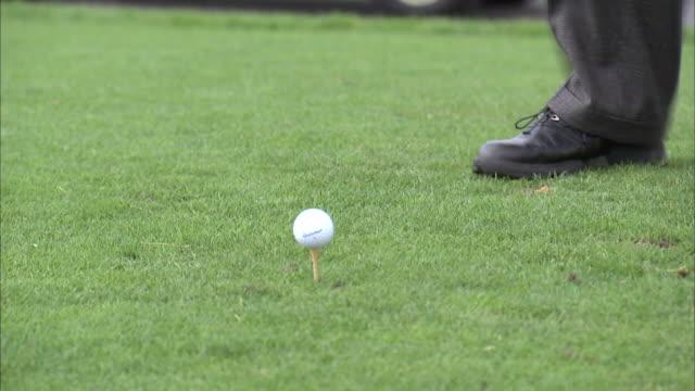 vídeos y material grabado en eventos de stock de cu td tu golfer hitting ball / provo, utah, usa - putt