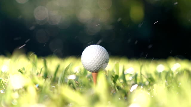 vídeos de stock e filmes b-roll de golfer hitting golf ball - slow motion - golfe