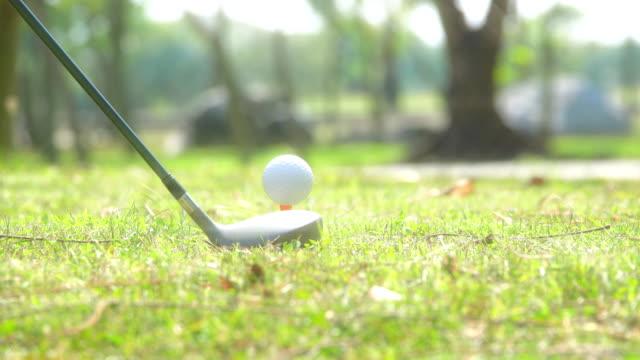 4 k: ゴルファー打撃ゴルフ ボール - ショットを決める点の映像素材/bロール