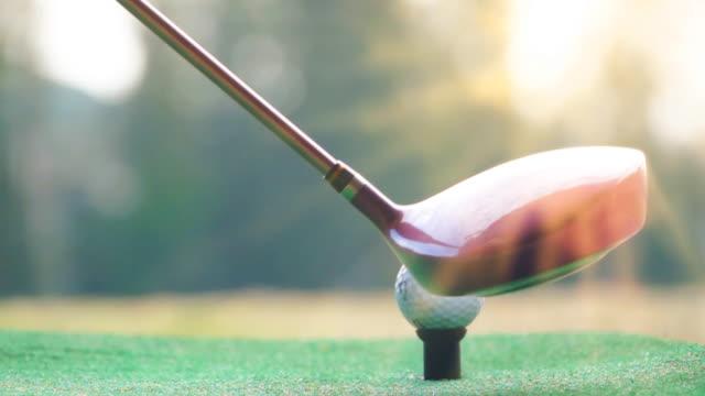 slo mo golfer schlagen golfball - golfschläger stock-videos und b-roll-filmmaterial