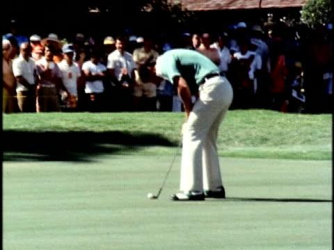 vídeos de stock, filmes e b-roll de golfer, hubert green, missing a putt on the 9th hole at the hawaiian open golf tournament/ honolulu, oahu, hawaii islands, usa/ audio - 1978
