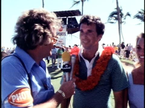 golfer hubert green speaking to sportscaster after winning the hawaiian open golf tournament/ honolulu oahu hawaii islands usa/ - 1978 bildbanksvideor och videomaterial från bakom kulisserna