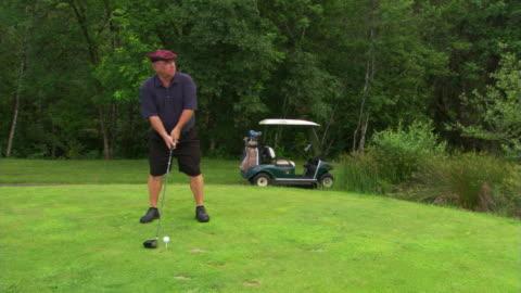 vídeos de stock, filmes e b-roll de golfer in plaid cap - veja outros clipes desta filmagem 1271