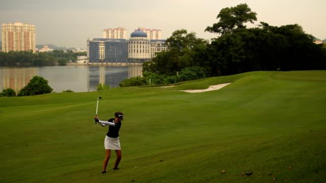 vidéos et rushes de golfeur rendant la puce - tee de golf