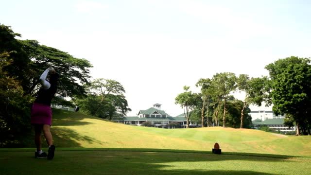 vidéos et rushes de golfeur en voiture - tee de golf