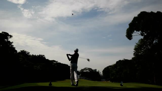 長いドライブを作るゴルファー - ゴルフ点の映像素材/bロール