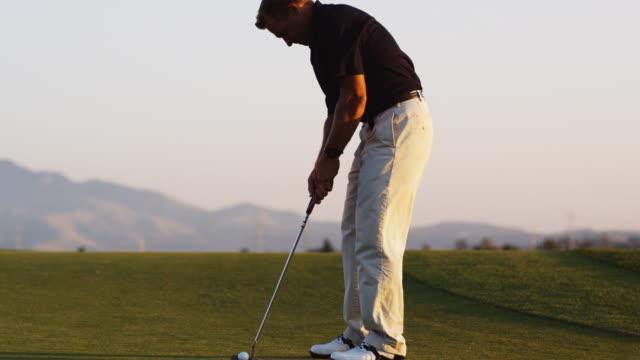 golfer missing a putt - パットする点の映像素材/bロール