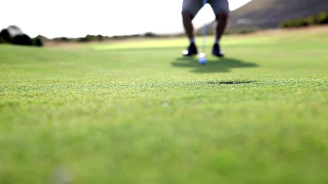 たゴルファー細いミス\;;パット練習コース - ショットを決める点の映像素材/bロール