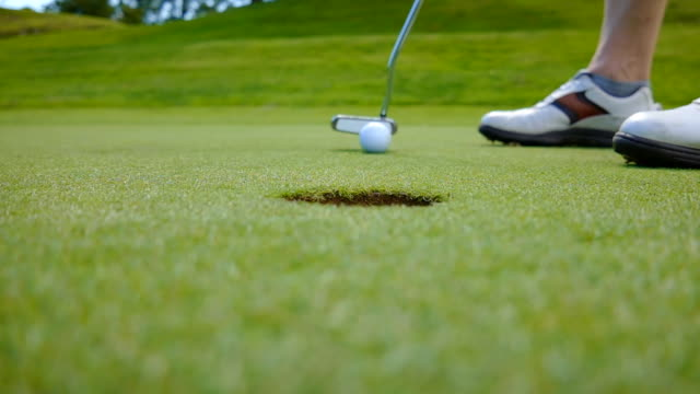 vídeos de stock, filmes e b-roll de golfer on putting green - golfe