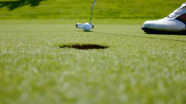 vidéos et rushes de golfer on putting green - balle de golf
