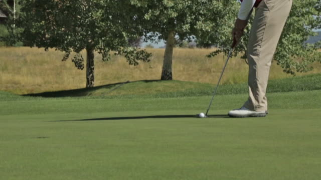 vídeos y material grabado en eventos de stock de a golfer putts at a golf course in idaho - zapato de golf