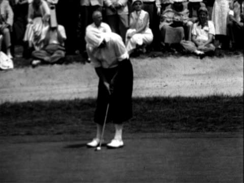 vidéos et rushes de golfer sam sneed walking across green / spectators / sam sneed lining up for a short put and misses / large crowd walking to the 18th hole /... - 1953