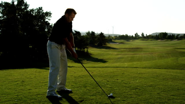 golfer teeing off - teeing off stock videos & royalty-free footage