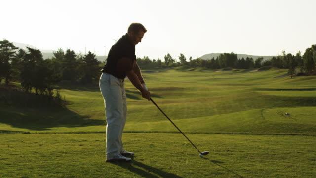 vidéos et rushes de golfer teeing off - swing de golf