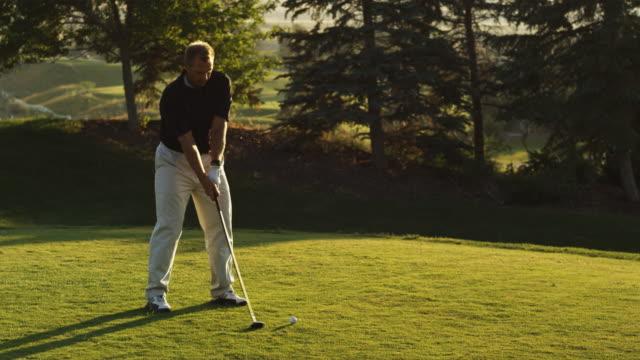 golfer teeing off - swinging stock videos & royalty-free footage