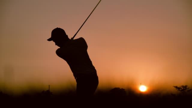 golfare slog svepande på sommaren för relax tid, sport concept. - golfgreen bildbanksvideor och videomaterial från bakom kulisserna