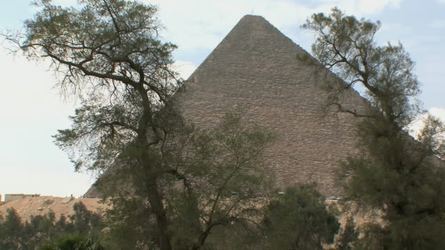 ws td golfers on course with pyramid in background, cairo, egypt - golfer stock videos and b-roll footage