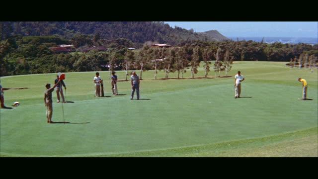 ms golfers playing on green / honolulu, hawaii, united states - golfgreen bildbanksvideor och videomaterial från bakom kulisserna