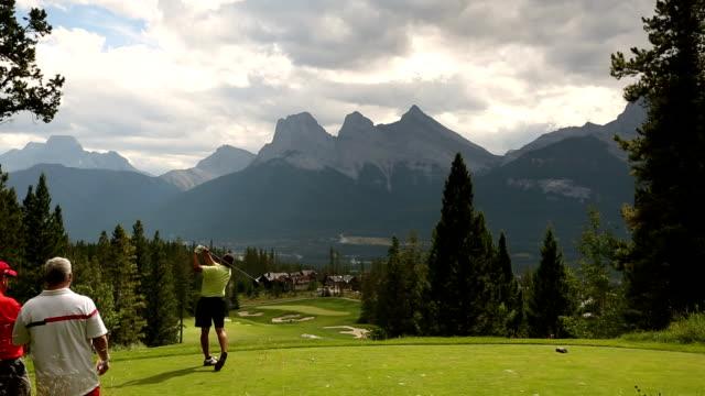 golfer schlagen auf der mountain course - golfplatz green stock-videos und b-roll-filmmaterial