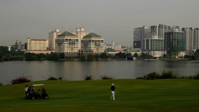 vídeos y material grabado en eventos de stock de golfistas caminando en la calle - golf cart