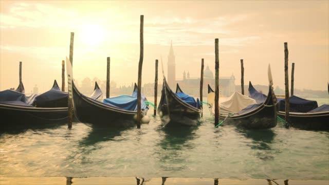 4 k: ヴェネツィアの gondoals - ヴェネツィア点の映像素材/bロール