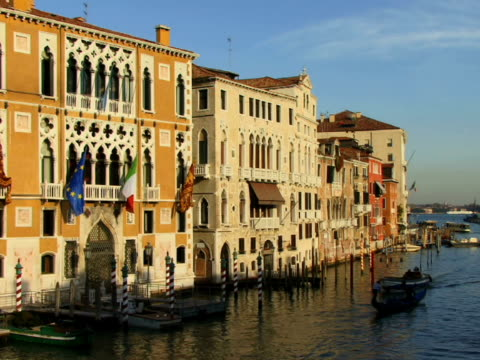 ha ws gondola and tour boat traveling on grand canal / venice, italy - ausflugsboot stock-videos und b-roll-filmmaterial