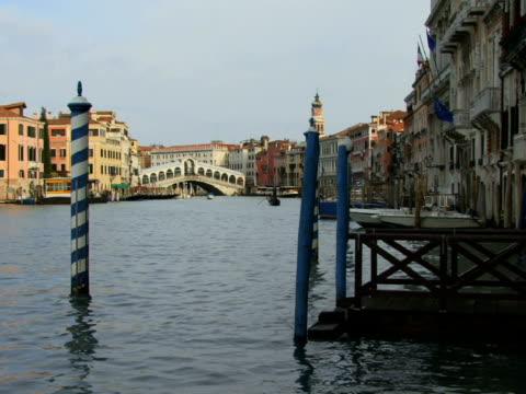 vídeos y material grabado en eventos de stock de ws gondola floating on grand canal with rialto bridge in background / venice, italy - puente de rialto