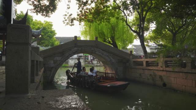 ws cs gondola in canal, tongli, wujiang district, suzhou, jiangsu province, china - arch bridge stock videos & royalty-free footage