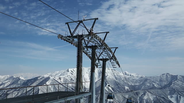 gondola lift at naeba ski resort - stazione sciistica video stock e b–roll