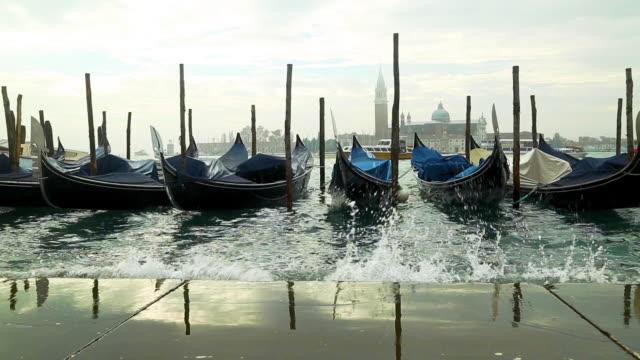 vidéos et rushes de bateau de service de gondole traditionnel - italian culture