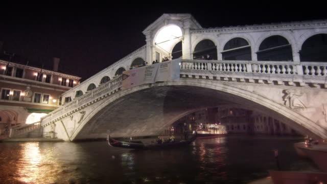 vídeos y material grabado en eventos de stock de gondola under rialto bridge - puente de rialto