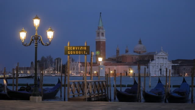 stockvideo's en b-roll-footage met ws gondolas and island of san giorgio maggiore in venice at dusk / rome, lazio, italy - westers schrift