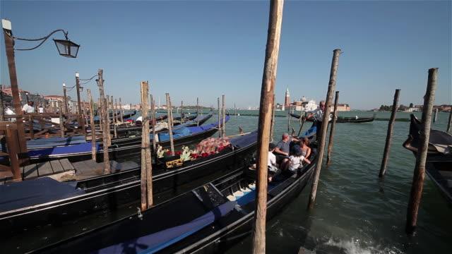 vidéos et rushes de gondola's at service point - poteau en bois