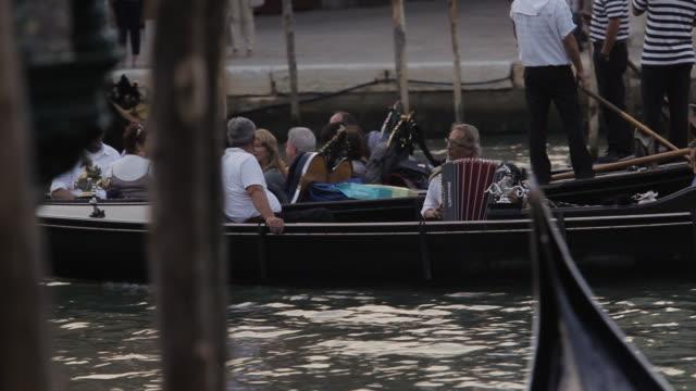 vídeos y material grabado en eventos de stock de ws pan gondolas carrying people down grand canal / venice, italy - acordeonista