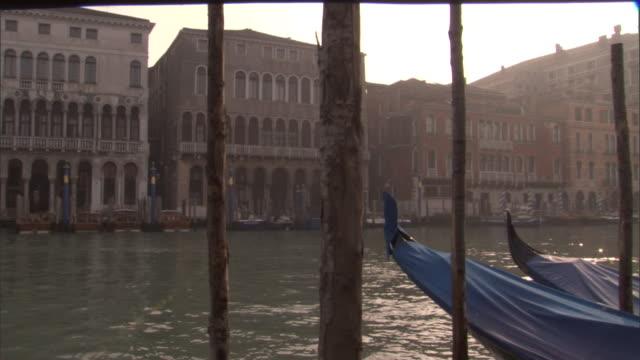 vídeos y material grabado en eventos de stock de gondolas dock in the grand canal near rialto bridge in venice. - puente de rialto