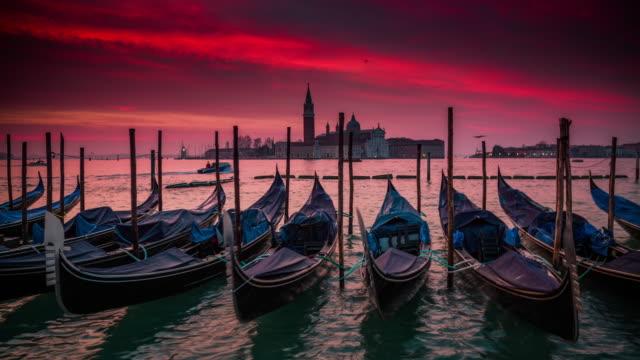 日の出のベニスのゴンドラ、イタリア - ヴェネツィア点の映像素材/bロール