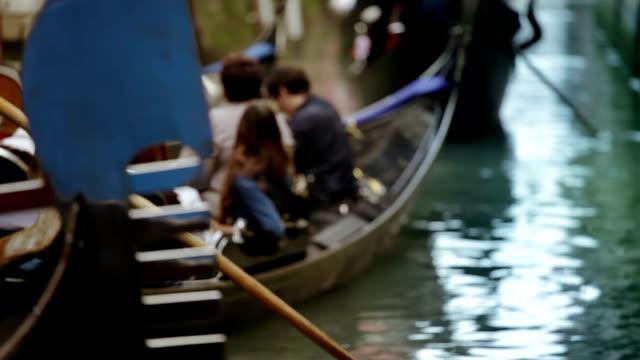 vidéos et rushes de gondoles à venise - canal eau vive