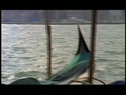 vídeos de stock e filmes b-roll de pan  cu gondolas moored at the pier in venice  venice  italy - formato letterbox