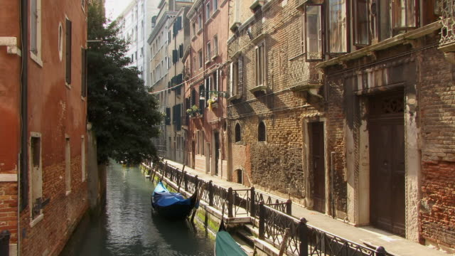 ms, gondolas moored to side of canal / venice, italy - 歩道点の映像素材/bロール