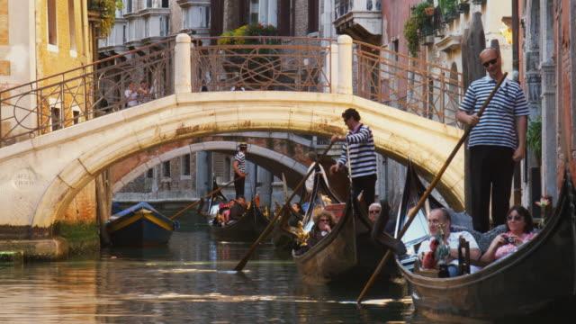 vídeos de stock, filmes e b-roll de ms, gondolas on canal, venice, italy - tourism