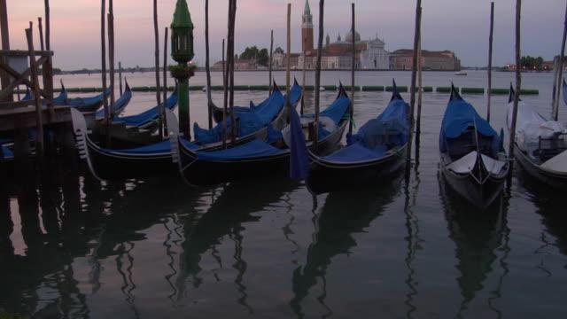 zo, tu, gondolas on grand canal, san giorgio maggiore in background, early morning, venice, italy, ms - venedig stock-videos und b-roll-filmmaterial