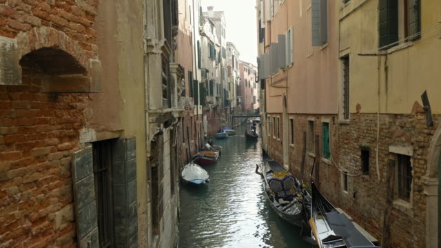 gondolas on narrow canal - standbildaufnahme stock-videos und b-roll-filmmaterial