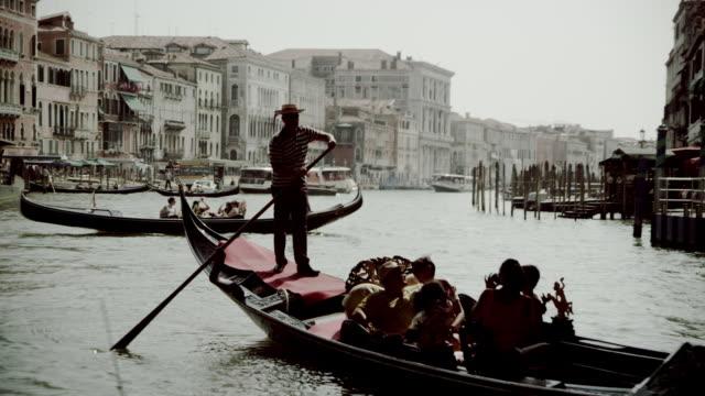 gondolas on the canal grande - traghetto video stock e b–roll