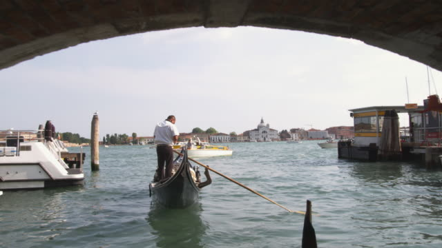 ws pov pan gondolier propelling boat / venice, italy - only mature men stock videos & royalty-free footage