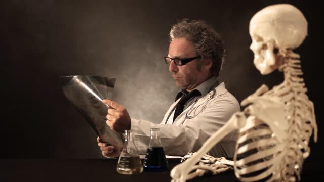 gute schlechte doc - menschliches skelett stock-videos und b-roll-filmmaterial