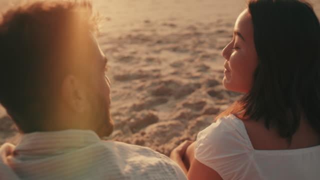 良い会話は良いデートになります - 恋に落ちる点の映像素材/bロール