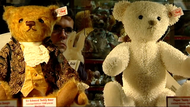 stockvideo's en b-roll-footage met good friday shopping boom: oxford street and hamleys; woman browsing cuddly toys / teddy bears on display / customers being served at tills by... - teddybeer
