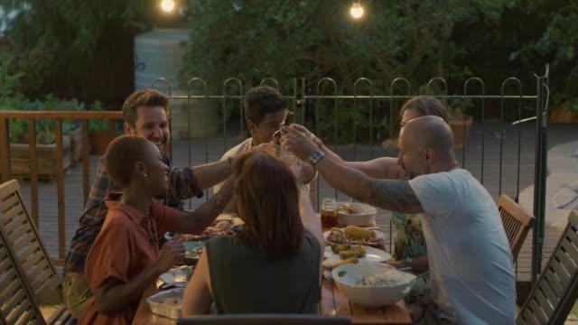 良い友人は人生で最も偉大な贈り物の一つです - 庭点の映像素材/bロール